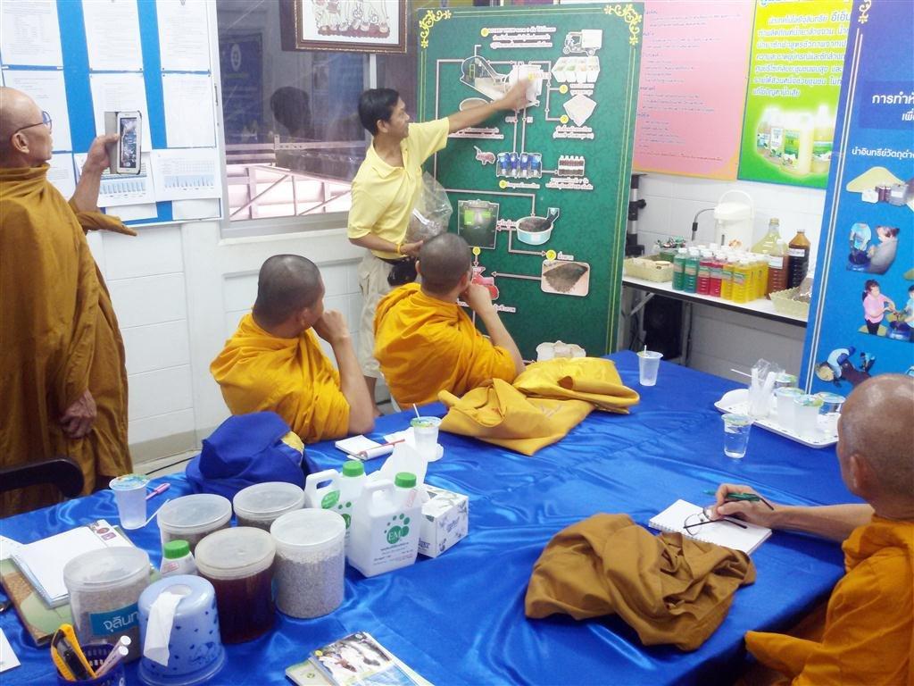 พระอาจารย์สุวัฒน์ วัดพุทธปัญญา นนทบุรี มาเยี่ยมดูงานการกำจัดขยะและการการนำจุลินทรีย์อีเอ็มที่ศูนย์รีไซเคิลขยะชุมชนพบสุขเพื่อนำไปแก้ไขปัญหาน้ำเน่าเสียในวัด