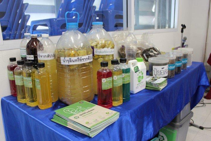 22 กุมภาพันธ์ 2560 ต้อนรับกำลังพลจากกองพันทหารสารวัตร สำนักปลัดกระทรวงกลาโหม ดอนเมือง มาทบทวนการทำผลิตภัณฑ์น้ำยาล้างจาน น้ำยาทำความสะอาดพื้น น้ำยาล้างห้องน้ำ จากจุลินทรีย์เปลือกมะนาว และจุลินทรีย์เปลือกสับปะรด และการทำน้ำหมักน้ำซาวข้าว เพื่อทำใช้ที่กองพัน
