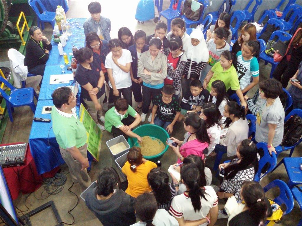 18 มกราคม 2558 ต้อนรับน้องๆกลุ่มเยาวชนกรีนพีชและอาจารย์มหาวิทยาลัยพระจอมเกล้า ธนบุรี มาศึกษาดูงานเกียวกับเรื่องสิ่งแวดล้อมและการจัดการขยะที่ศูนย์รีไซเคิล ชุมชนพบสุข