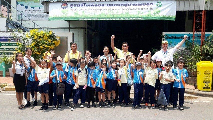 5เมษายน 2562ต้อนรับคณะนักเรียนโรงเรียนนานาชาติสิงคโปร์ ธนบุรี (SISB) ศึกษาดูงานการจัดการขยะที่ศูนย์รีไซเคิลขยะชุมชนพบสุขเด็กๆเก่งมาก ขอบคุณ คุณ ปวีณา จินาตุน วิทยากรจากกองสาธารณสุขสิ่งแวดล้อมเทศบาลนครปากเกร็ดมาร่วมบรรยายการคัดแยกขยะ