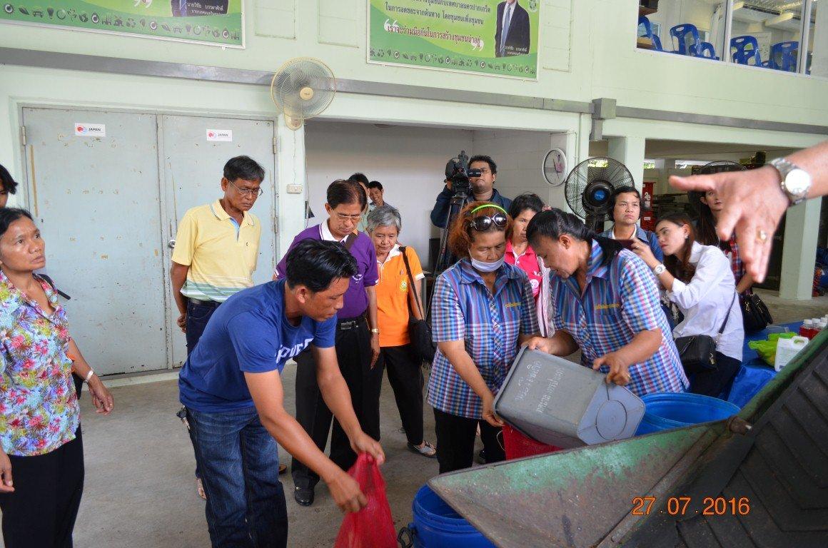 28 กรกฎาคม 2559 ต้อนรับคณะศึกษาดูงานเทศบาลปากแพก จ.กาญจนบุรี ครั้งที่2 กลุ่มเป้าหมายที่จะนำไปลงมือปฎิบัติขยายผล การส่งเสริมการมีส่วนร่วมของชุมชนในการคัดแยกขยะตั้งแต่ต้นทาง