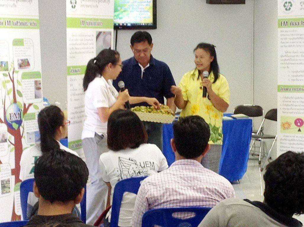 10/6/2559 ต้อนรับคณะนักศึกษาระดับ ป.โท ป.เอก  จากสถาบันเทคโนโลยีแห่งเอเชีย( AIT) มาศึกษาดูงานที่ศูนย์รีไซเคิลชุมชนหมู่บ้านพบสุขเรื่องการจัดการขยะ ชุมชน
