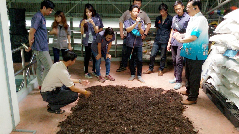 วันที่6 มีนาคม 2558 ต้อนรับนักศึกษามหาวิทยาลัยเทคโนโลยี่ พระจอมเกล้าพระนครเหนือ นนทบุรีมาศึกษาดูงานเรื่องการจัดการขยะในขุมชน ที่ศูนย์รีไซเคิลชุมชนหมู่บ้านพบสุข